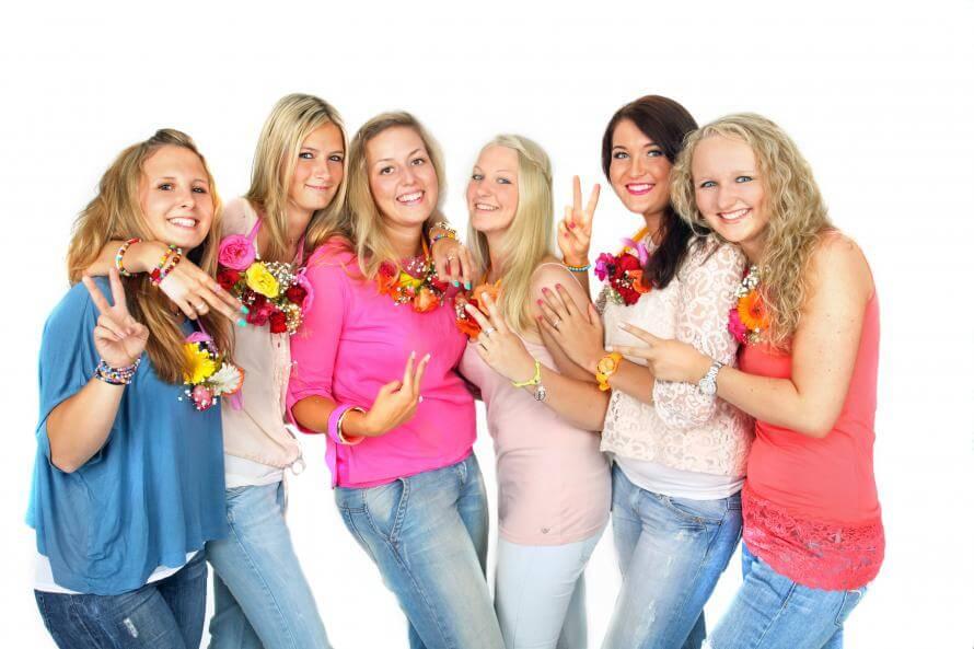 Eine Gruppe von Frauen lacht zur Stressbewältigung