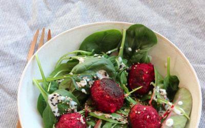 Pflücksalat mit Rote-Bete-Bällchen und Sesam-Dressing