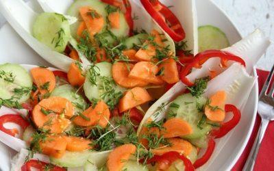Chicorée Salat mit Paprika, Gurke und Dill